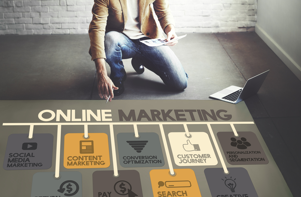A man explaining about online marketing